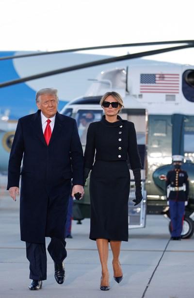 Мелания Тръмп приличаше на жена в траур, когато напусна Белия дом. Снимки Ройтерс