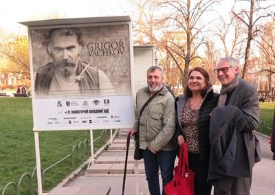 Христо Мутафчиев и Мартина Вачкова говорят с министъра на културата Рашко Младенов преди откриването на изложбата. СНИМКИ: ДЕСИСЛАВА КУЛЕЛИЕВА
