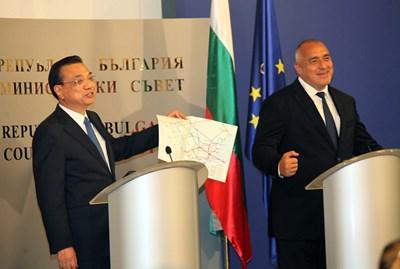 Ли Къцян показва картата на инфраструктурните проекти, която му подари  Бойко Борисов.