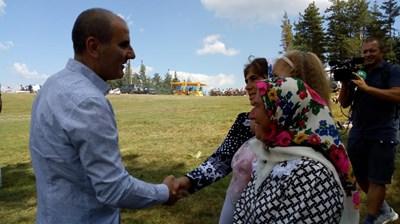 Цветан Цветанов във велинградското село Грашево СНИМКИ: пресцентър на ГЕРБ