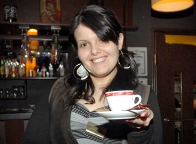 """Сервитьорка поднася """"висящо кафе"""" в Пловдив. Напитката е платена от клиент за непознат човек, който не може да си позволи да я купи сам. СНИМКА: Наташа Манева"""