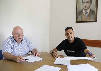 """Изпълнителният директор на """"Левски"""" Константин Баждеков и Георги Миланов при подписването на договора Снимка: клубен сайт"""