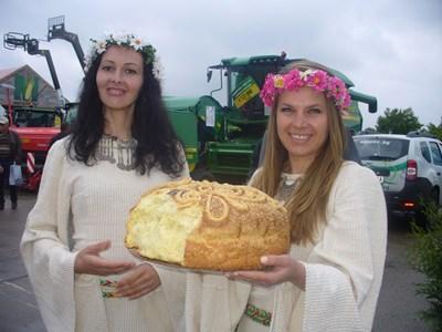 Гостите на изложението бяха посрещнати с хляб и сол, както повелява българската традиция. СНИМКА: Ваньо Стоилов