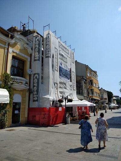 """В момента се работи по разкрасяване фасадата над складкарница """"Роза"""" на бул. """"Богориди"""""""