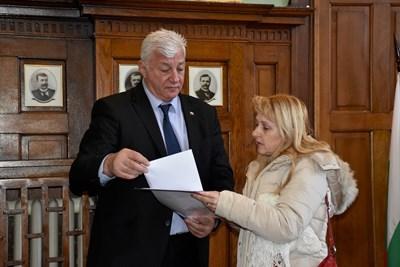 Здравко Димитров изслушва поредната пловдивчанка, която му постави проблемите си.