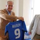 """Спас Русев държи фланелка на """"Левски"""" с неговото име."""