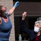Медицинска сестра пее, за да даде кураж на възрастни хора от старчески дом в Белгия по време на епидемията.