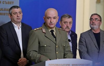 Ген. Мутафчийски и членовете на кризисния щаб обявиха първите болни от коронавируса. СНИМКА: Николай Литов