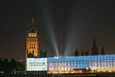 """От сградата на британския парламент и катедралата """"Сейнт Пол"""" в Лондон до Таймс скуеър в Ню Йорк, текстът Imagine all the people living life in peace (""""Представи си, че всички хора живеят в мир"""") беше прожектиран по фасади в цял свят за днешната годишнина. Снимка: Туитър/Yoko Ono"""