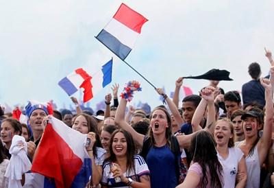 Хиляди фенове отпразнуваха световната титла на Франция Снимки: Ройтерс СНИМКА: РОЙТЕРС