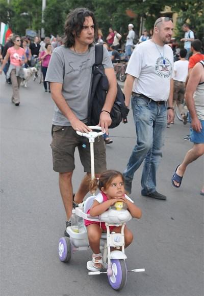 Басистът на протест с дъщеря си СНИМКИ: БУЛФОТО И ЛИЧЕН АРХИВ