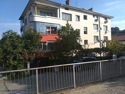 Бебето е полетяло от втория етаж на тази кооперация в Пловдив СНИМКА: Анелия Перчева