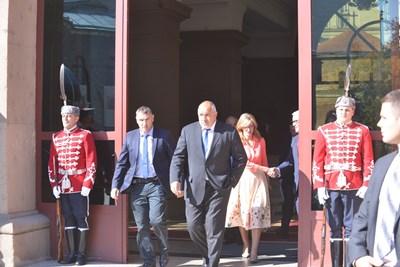 Бойко Борисов и Екатерина Захариева излизат от президентството, след като обсъдиха с Румен Радев (на малката снимка) заплахите за България от турската атака в Сирия.  СНИМКИ: ЙОРДАН СИМЕОНОВ