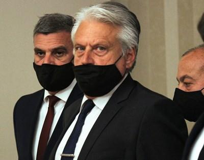 Бойко Рашков редом до служебния премиер Стефан Янев при представянето на назначения от президента кабинет  СНИМКА: Румяна Тонeва