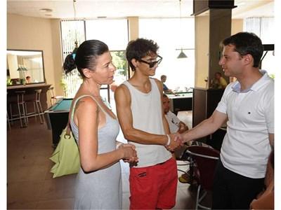 Гай и майка му Шоши се ръкуват с министъра на икономиката Делян Добрев. СНИМКА: ЙОРДАН СИМЕОНОВ
