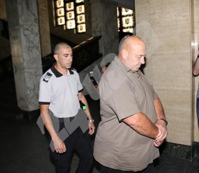 Съдебни охранители водят Туцо в Софийския градски съд. СНИМКИ: Благой Кирилов СНИМКА: 24 часа