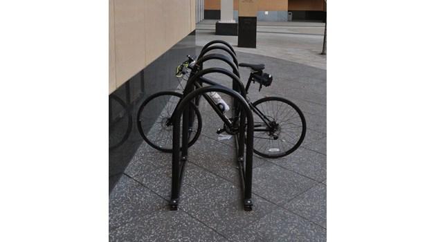 Някакви простаци вече започнаха да си връзват велосипедите за логото на културната столица