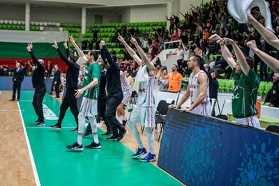 Росен Барчовски (най-отпред) куфее след изключителната победа над Латвия в евроквалификациите. СНИМКА: Иван Захариев