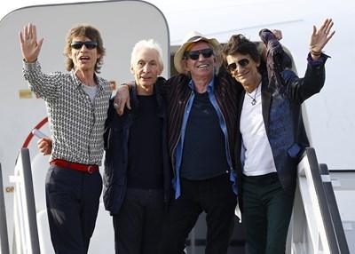 """Музикантите от """"Ролинг Стоунс"""" слизат на летището в Хавана преди концерта си в кубинската столица през 2016 г."""