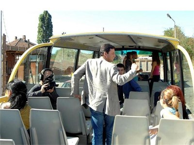 """Кандидат-кметът Николай Пехливанов влезе в ролята на гид из ромските махали, но предвидливо не бе сложил на туристическия автобус никакви отличителни белези на """"Атака"""". СНИМКИ: ХРИСТО РАХНЕВ"""