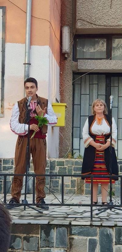 Евродепутатът Момчин Неков облече носия за фестивала в с. Баня. СНИМКИ: ФЕЙСБУК НА МОМЧИЛ НЕКОВ