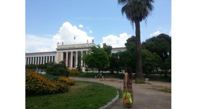 Две българки пръскат с олио експонати в музея в Атина за да ги направят чудотворни.  Съдят ги за вандализъм