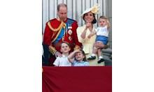 Принц Луи с дрехите на принц Хари при дебюта си на балкона (Снимки)