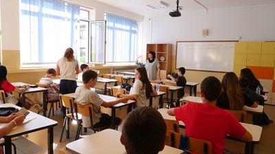 """Ученици от столичното 119-о училище """"Акад. Михаил Арнаудов"""" очакват материалите за изпита. СНИМКА: Йордан Симеонов"""