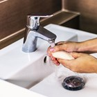 Може ли хем да се мием надеждно срещу заразата, хем да не увредим кожата?