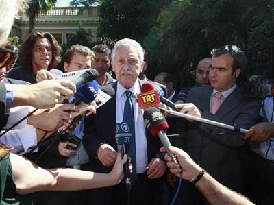 Председателят на Демократичната левица Фотис Кувелис обяснява пред репортери в Атина, че коалиционните партньри още не са постигнали пълно съгласие за новите икономии. СНИМКА: РОЙТЕРС