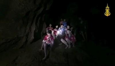 Кадър от видеото, което показва децата, скупчени на възвишение в пещерата. СНИМКА: РОЙТЕРС