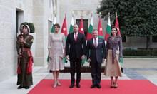 Вижте как крал Абдула и кралица Рания посрещнаха Румен и Десислава Радеви. Президентската двойка беше на церемония в двореца в Аман (Снимки)