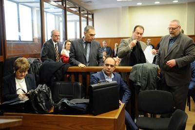 Лазар Карадалиев (седналият вдясно) по време на едно от заседанията по мегаделото КТБ в спецсъда