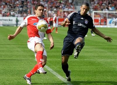 """С екипа на """"Енерги"""" Рангелов се бори за топката със защитника на """"Байерн"""" Мартин Демикелис (вдясно) на 9 май 2009 г. СНИМКА: РОЙТЕРС"""