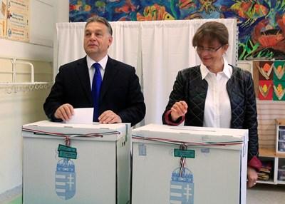 Орбан гласува с жена си в Будапеща. СНИМКА: РОЙТЕРС