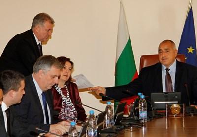 Премиерът Бойко Борисов връчва на главния секретар писмено поетите от него ангажименти с компромисни предложения към полицаите. Преди това запозна и цялото правителство с тях. СНИМКА: Пиер Петров