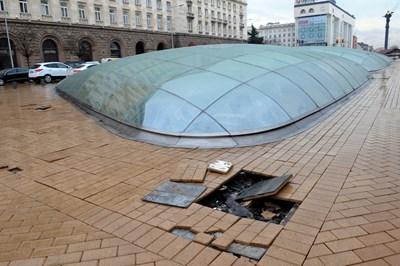 Изкъртени плочки по купола на ларгото СНИМКА: Алексей Димитров