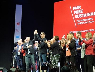Президентът на ПЕС Сергей Станишев, кандидатът на левицата за шеф на Еврокомисията Франс Тимерманс и испанският премиер Педро Санчес се превърнаха в героите на конгреса в Мадрид.  СНИМКИ: АВТОРЪТ
