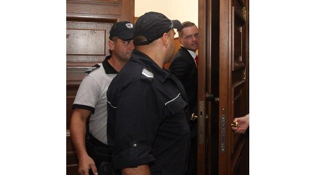 Стикери с кукиш разлепил убиецът Джок  Полфрийман в затвора в Казичене