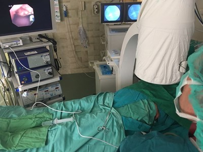 Кадър от уникалната безкръвна операция, извършена в Бургас, която ще влезе в учебниците по медицина.