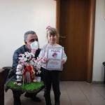 Кметът Димитър Иванов награда Анастасия Конарска за оригинално изработена мартеница