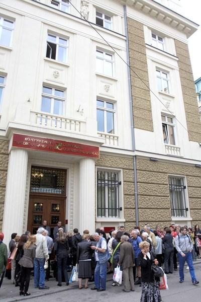 На 20 юни БНБ постави Корпоративна търговска банка под особен надзор. Пред офисите й се извиха опашки.