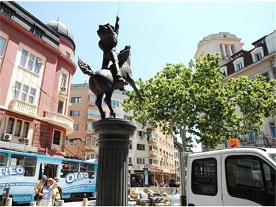 Ето така е подскочил на два крака конят на Гарибалди в центъра на София, а статуите му в Италия винаги го изобразяват стъпил на 4-те си крака, както повелява традицията. СНИМКА: ЙОРДАН СИМЕОНОВ