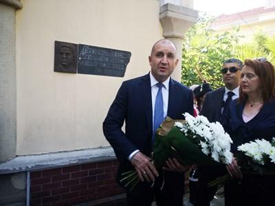 Президентът се поклони пред паметната плоча на Левски на църквата, където е пял.