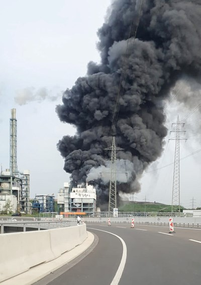 Взривът изпрати в небето стълбове дим. Снимки РОЙТЕРС