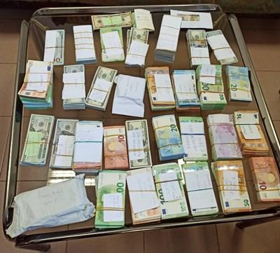 """Митнически служители от ТД """"Митница Русе"""" откриха недекларирани 187 700 евро и 188 100 долара при проверка на товарен автомобил в района на ГКПП """"Дунав мост - Видин"""". Снимка: Агенция """"Митници"""""""