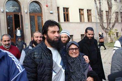 През ноември 2017 г. Ахмед Муса Ахмед беше посрещнат от майка си и сподвижници при освобождаването му от следствения арест, където беше задържан в продължение на 3 години. СНИМКА: Любо Илков