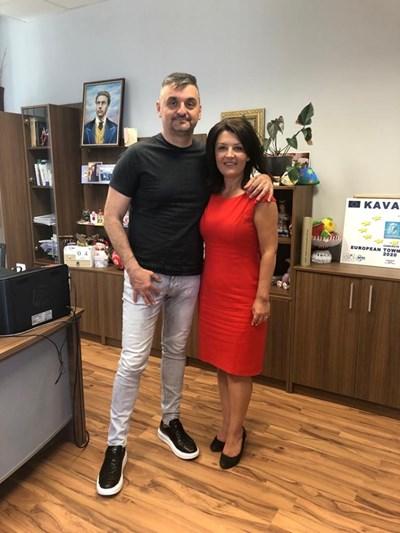 """""""Нина Ставрева е един от успешните ни кметове, с които се гордеем. Довечера е конференцията, която вярвам, че отново ще и? гласува доверие, моето вече го има"""", написа вчера във фейсбук Кирил Добрев под снимка, с която даде рамо на кметицата на Каварна за нов мандат."""