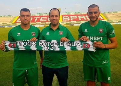 Божинов и Иванов позират с шалчето на клуба в компанията на кмета на града Калин Каменов. Снимка Фейсбук/Ботев Вр