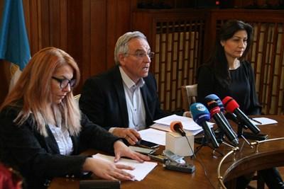 """Шефката на """"Социално подпомагане"""" Надя Танева /вляво/, Анести Тимчев и началничката на социалната дирекция в общината Веселина Ботева още не знаят кой е извършителят. Снимки: Евгени Цветков"""